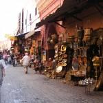 Promenez-vous dans les rues de Marrakech pour profiter des souks pendant votre séminaire au Maroc.